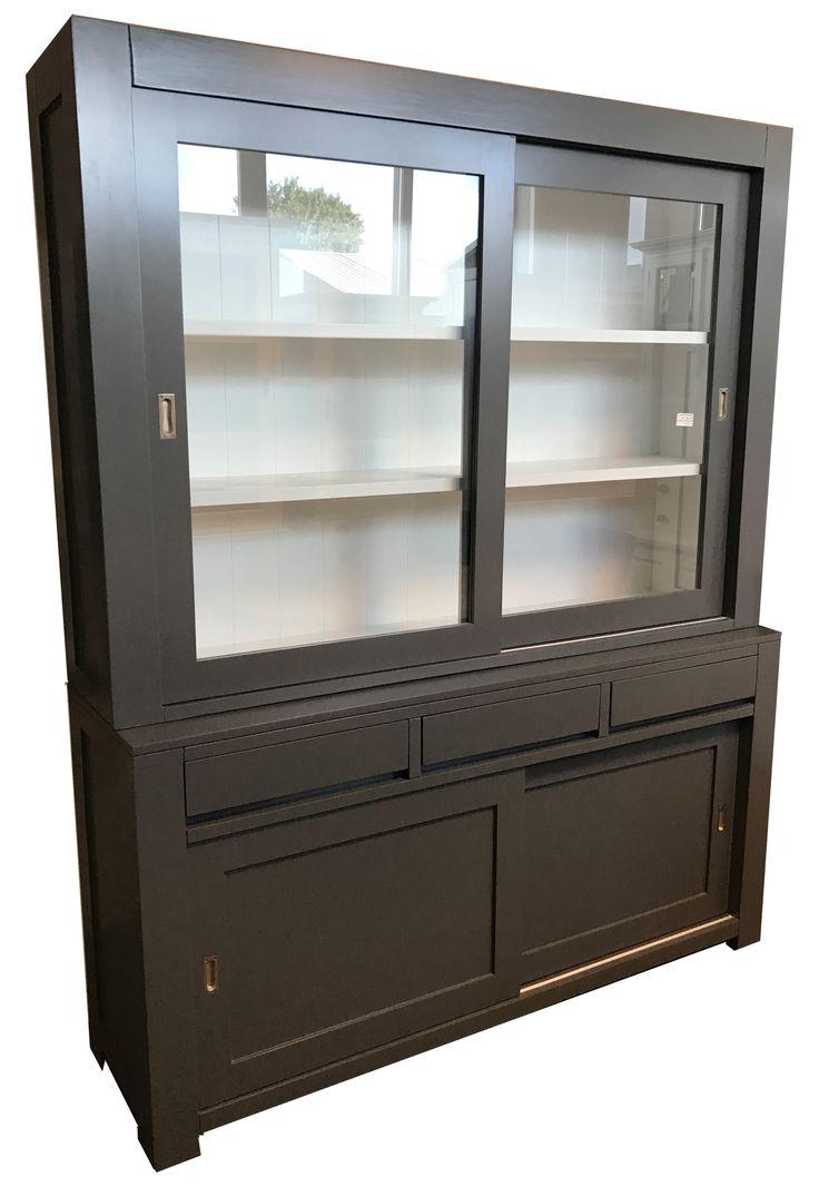 Strakke moderne grijze buffetkast 180cm breed laden greeploos mooie design kast in het grijs met witte binnenkant. De greeploze laden en paneel achterwand geven deze kast een extra luxe uitstraling