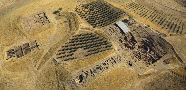 Egy+15+méter+magas+halom+egy+750+méteres+tetőn.+Törökország+déli+részén,+a+szíriai+határtól+60+km-re.+A+romok+kőkörökből,+emberekkel+és+állatokkal+dekorált+építményekből+állnak.+Összességében+a+körök+átlója+300+méter.+Összehasonlítva,+Stonehenge+átmérője+alig…