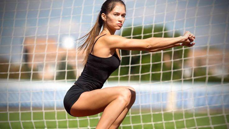 Die Kniebeuge ist eine der wichtigsten Übungen im Training überhaupt. Sie wird mit großem Erfolg in der Rehabilitation, im Fitnesssport und auch im Leistungssport eingesetzt. Allerdings ist die korrekte Übungsausführung ein viel diskutiertes Thema und es halten sich viele Gerüchte über Fehler und Gefahren dieser unglaublich effektiven Übung. Erfahren Sie, wie Sie die Kniebeuge durchführen sollten, um Verletzungen zu vermeiden und die besten Anpassungen zu erreichen.
