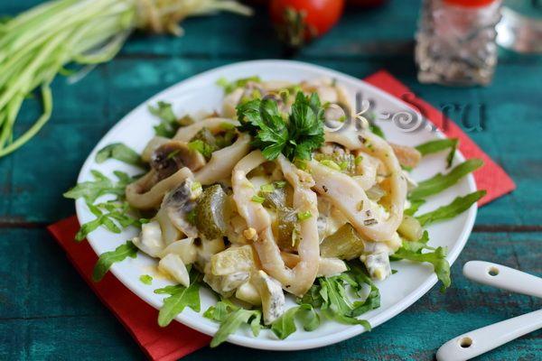 салат из кальмаров с грибами и яйцами