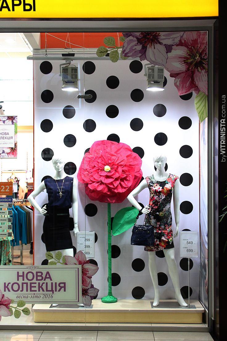 Simple window display design for retail OLKO. Paper flowers. Big flowers. Pea pattern. Design by VITRINISTA. www.vitrinista.com.ua insta: @im_vitrinista