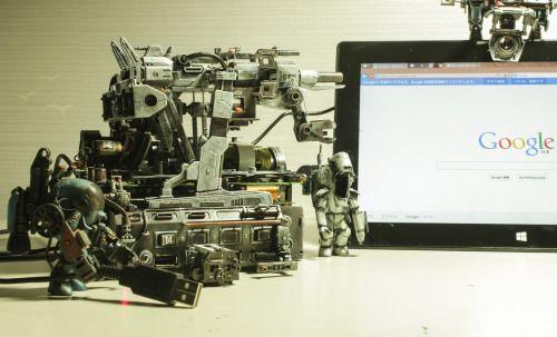 「USB hub bazooka launcher」 USBハブ+HGメガバズーカランチャー マシーネンクリーガーのグスタフを改造した兵士を随伴させるだけで、辺境に配備された巨大砲台付きUSBハブ基地のストーリーがみえてくる。兵士の存在は、身近なPC周辺機器を兵士スケールまで巨大なものにし、様々なスケールのプラモデルからパーツを持ってきた事によるちぐはぐさを一気に統一させる。