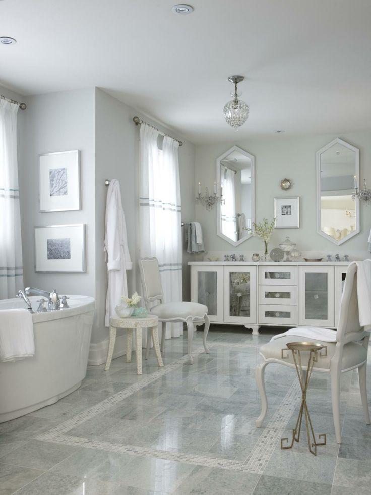 Une salle de bain d'intérieur blanc avec déco florale