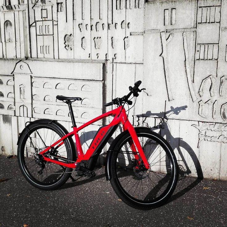 Novy mestsky ebike od Treku uz skusame.  Siroke kolesa davaju moznost jazdit po Bratislave volne a ignorovat prekazky aj ked je ram pevny.  #supercommuter #trek #test #ebike #doprace