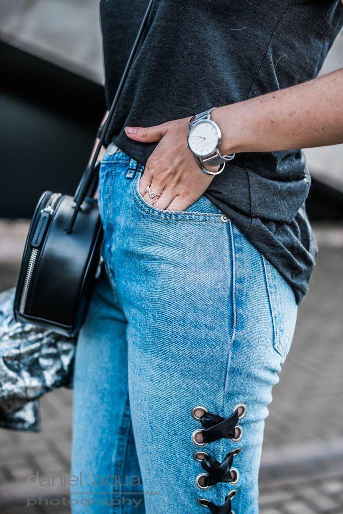 Outfit mit Statement Jeans mit seitlicher Schnürung, silberner Lederjacke und runder Tasche | | OOTD | Outfit of the day | Outfitinspiration | Julies Dresscode - Fashion Blog | https://juliesdresscode.de
