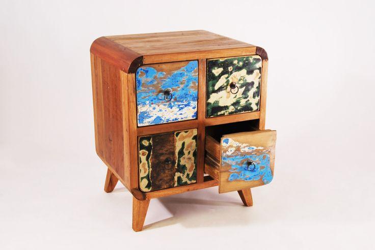 drewniana szafka, wykonana z drewna tekowego, recyklingowanego ze starych łodzi