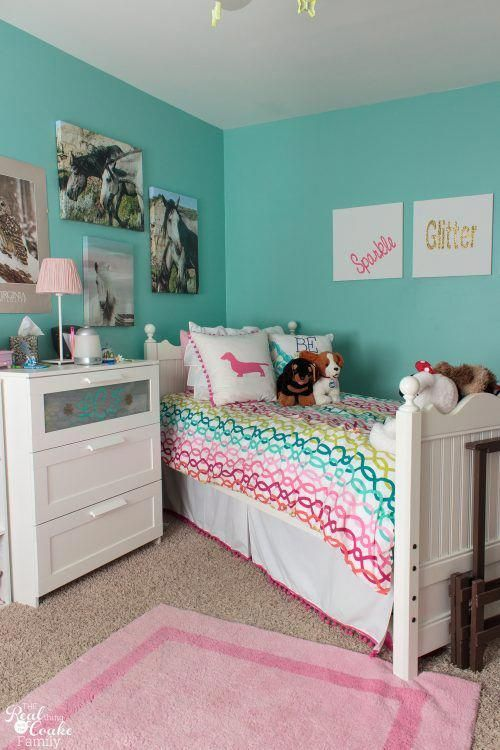 Love this cute tween girls bedroom! So many DIY projects and