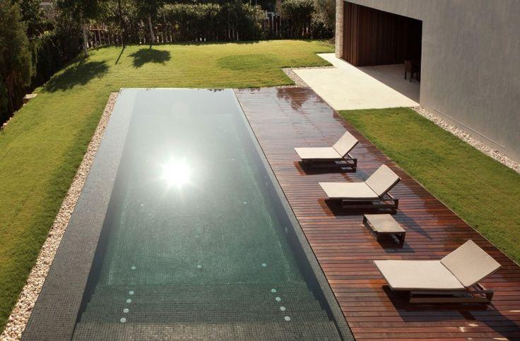 Une #piscine recouverte d'une mosaïque grise pour une couleur d'eau qui nous rappelle celle des torrents de montagne. Particulièrement esthétique et tendance ! @vivremapiscine