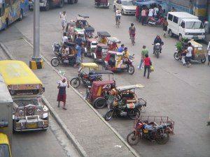 Les tricycles attendent les clients dans le nord de Manille, Philippines