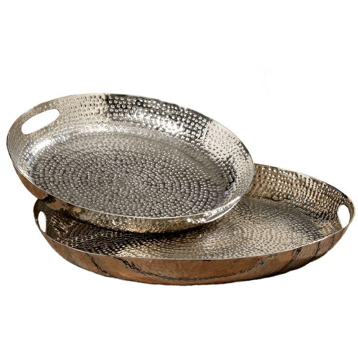 Un pahar sau o ceaşcă aşezată pe o tavă capătă personalitate iar pentru aceasta noi îţi venim în ajutor cu setul de tăvi argintii din gama Selina. Aceste produse se comercializează doar la set iar preţul afişat este pentru un set. Ele sunt realizate din metal având culoarea argintie iar diametrele lor sunt de 40 respectiv 50 cm. Aspectul deosebit al acestor obiecte decorative este dat de finisajul cu aspect brut, regăsit pe suprafaţa tăvilor sub formă de mici adâncituri dispuse neuniform.
