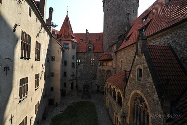 Bouzov, courtyard