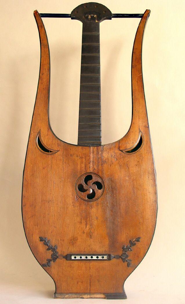 Guitarra en forma de lira, compuesta por una caja de resonancia definiendo la característica forma de lira. #Música #Instrumentos #MNAD