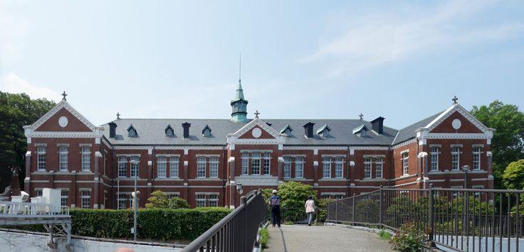 東京国立近代美術館工芸館(東京都)は、明治時代に近衛師団司令部本館として建てられたレンガ造2階建の建築物を美術館の工芸館として再生したものである。    近衛師団(このえしだん)とは、天皇の護衛部隊です。