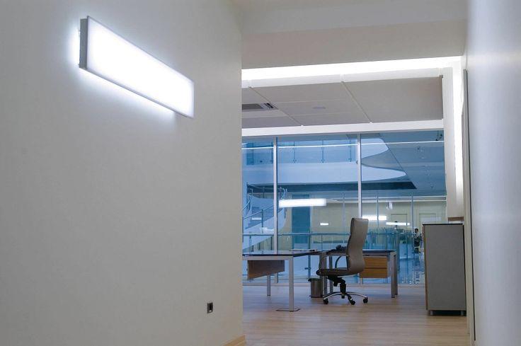 """Dotata della nuova ottica brevettata micro-lenticolare (MLO) Philips, Savio è una gamma completa di apparecchi di illuminazione che offre un connubio ideale di eleganza e rendimento ottimale per soluzioni di illuminazione generale e mirata.Savio è dotato di un'illuminazione altamente uniforme da un'estremità all'altra dell'impianto di illuminazione, con una luminosità confortevole e omogenea - una vera e propria """"distesa di luce""""."""