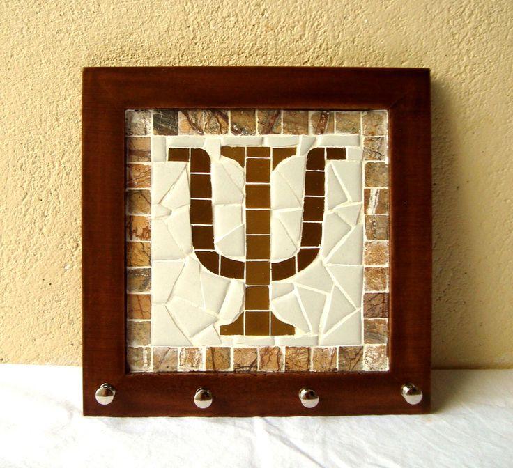 Porta chaves trabalhado em mosaico com simbolo da psicologia. Base de MDF. Vai com ganchinho atras para que possa ser pendurado. Mede 21x21 cm.