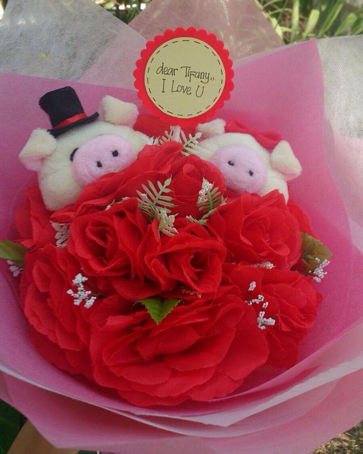 HAND BOUQUET Idr. 200k Isi 4 kepala boneka Bisa isi 2 kepala saja (couple) idr.180k Pilihan boneka: bear FF kelinci hello kitty sapi babi rillakuma. Bunga artificial Pilihan warna bunga: merah pink putih kuning. Premium wrop: pink biru tosca. Diameter 30cm FREE!!! Kartu ucapan!! #hadiahwisuda #hadiahsidang #bouquetmurah #bouquetboneka #bouquetbunga #valday #valentineday #valentinegift #kadovalentine #kadovalentineunik #graduationgift #dagelan #bonekalucu #boneka #bonekamurah #jualbuket…