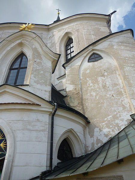 Skrumáž barokně-gotických tvarů zelenohorského kostela. File:Žďár nad Sázavou, kostel svatého Jana Nepomuckého - detail.JPG