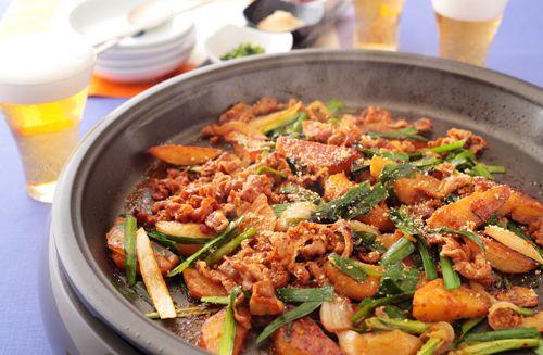 しっかり下味をつけた肉を、つけ汁と野菜と一緒に炒めるプルコギ。今回はじゃがいもも入れて、こんがり焼くレシピにしました。味のポイントは、韓国料理では定番の唐辛子みそ・コチュジャン。辛みだけでなく、うまみと風味も強いので、料理にコクが出ます。