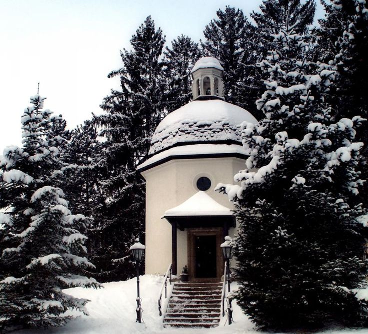 You can enjoy a wonderful Christmas Eve in Oberndorf, where the most famous Christmas carol. Visit the Silent Night Chapel and celebrate the Eve with the traditional mass and original Christmas carol songs with Tourboks.
