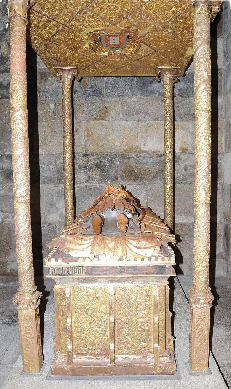 Infante D. AFONSO de AVIS (1390–1400) - 2º filho de D. João I e de D. Filipa de Lencastre - Afonso de Portugal -  encontra-se sepultado na Sé Catedral de Braga. O conjunto tumular não tem precedentes em Portugal, porquanto reúne características formais, estilísticas e materiais únicas na arte funerária medieval. Datado do século XV. , possivelmente mandado construir por sua irmã  D. Isabel casada com Filipe de Borgonha, o Bom Duque de Borgonha – Wikipédia, a enciclopédia livre