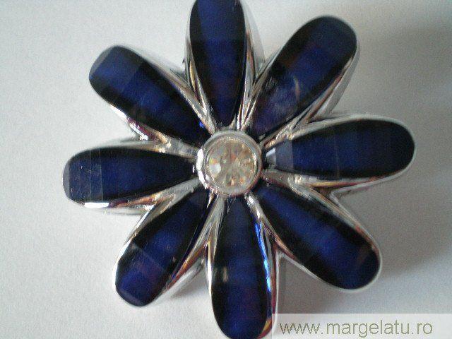 Brosa argintie,floare albastra, cu cristal alb,50mm