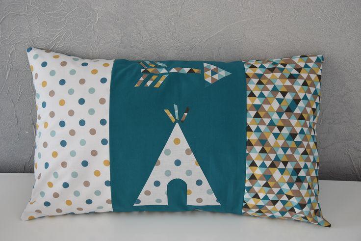 Housse de coussin - 50 X 30 cm - Décoration chambre bébé / enfant - Motifs tipi et flèche - Tons moutarde, bleu et vert : Textiles et tapis par aw-creations
