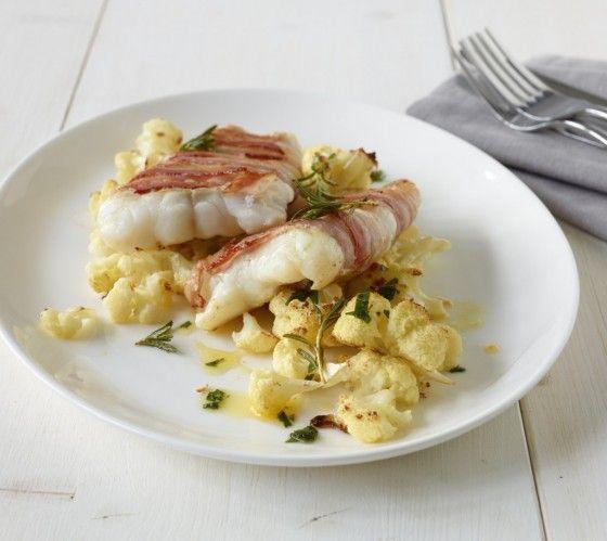 Fisch im Speckmantel: Im Bacon-Mantel bleibt der Kabeljau supersaftig und wird schön herzhaft. Rosmarin gibt zusätzlich Aroma.