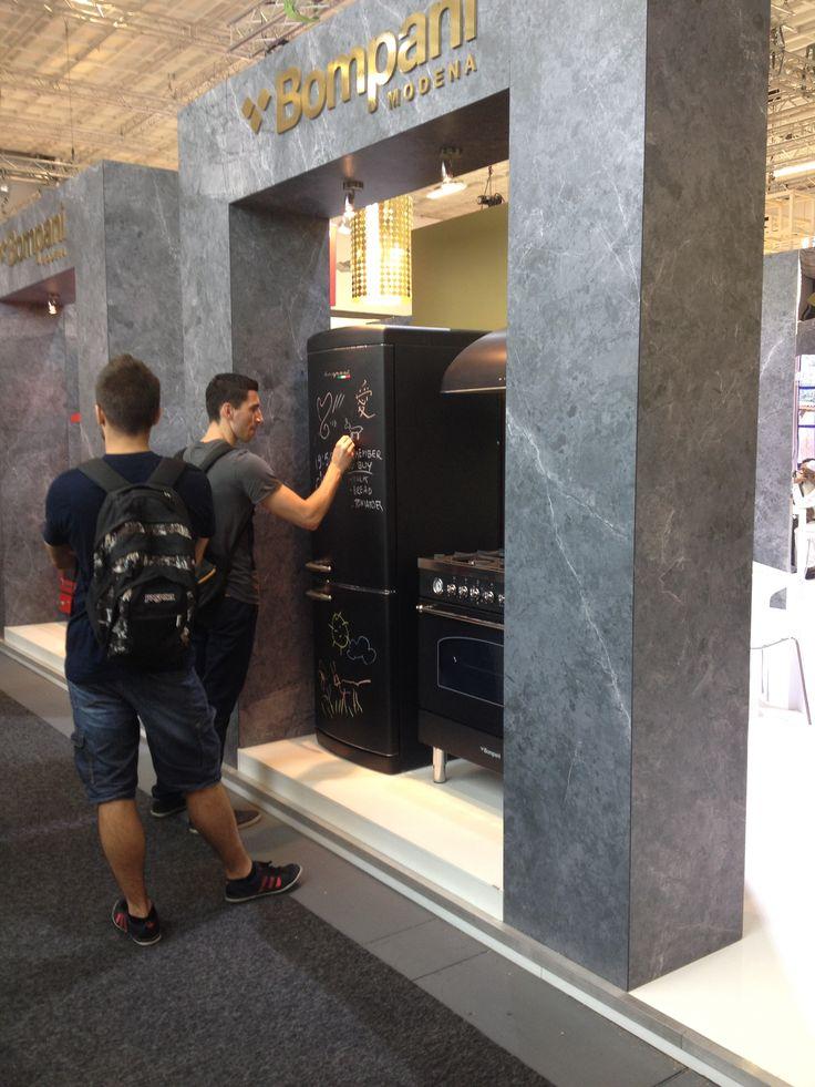 Tutti artisti con il frigo Retrò Lavagna HR Scrivimi #BompaniIFA2015 #IFA2015  #Bompani #architettura #design #arredamento #MadeInItaly #ItalianCulture #ItalianCuisine #Scrivimi