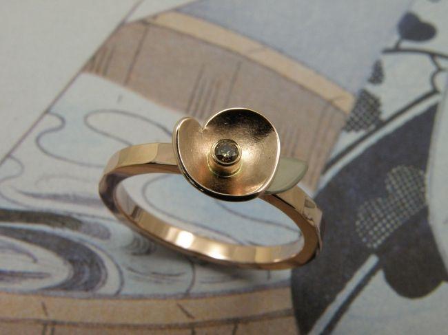 * engagement ring   oogst-sieraden * Verlovingsring * Roodgouden ring met witgouden blad en natuurlijk bruine diamant 0,035 crt * 870 euro *