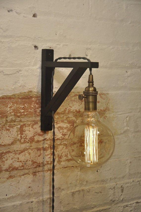 Mooie muur schans met grijze koord  Deze muur schans komt met 8 voet Gray Twisted katoen bedekt snoer, een stekker en een antiek messing draai knop on/off lamp Socket.  De muurbeugel is gemaakt van massief berkenhout hout zwart geschilderd.  De afmetingen van de beugel van de muur: Breedte: 1 1/8 Diepte: 7 1/8 Hoogte: 9  Lamp Is niet inbegrepen  Dit Item Is beschikbaar in verschillende kleuren voor: Snoer (zwart, bruin, rood, wit) Lamp Socket (onvoltooide messing gepolijst messing gepolijst…