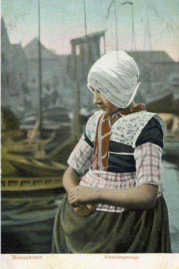Portret van een meisje in klederdracht tegen de achtergrond van de Oude Haven te Spakenburg (gemeente Bunschoten). 1900-1905 #Utrecht #Spakenburg