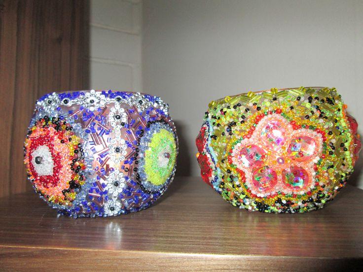 Mini peceras reutilizadas como portavelas, decoradas al estilo turco, con diseños de mostacillas  de variados colores...