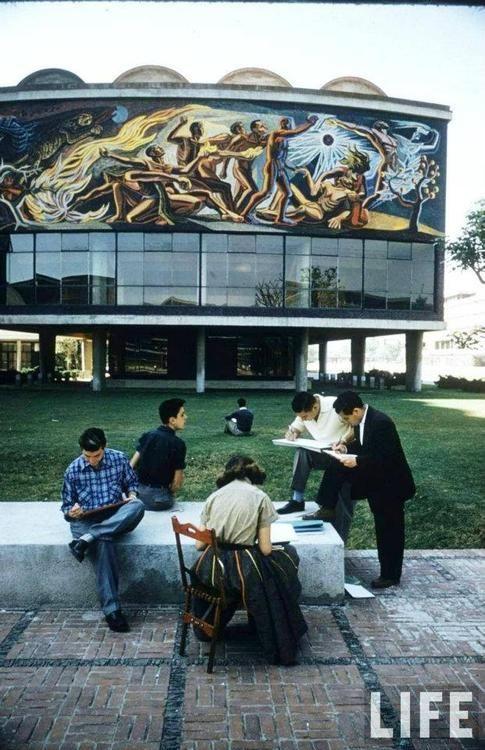 La UNAM en los 50's, el mural del fondo se llama La conquista de la energía de José Chávez Morado, realizado en 1952 en la cara norte del Auditorio Alfonso Caso (antigua Facultad de Ciencias) y Unidad de Posgrado.