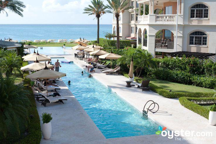 El Regent es tranquilo, sofisticado y prístino.  El hotel se encuentra en una propiedad de más de cuatro hectáreas que cuenta con una impresionante caudal de borde infinito piscina con mosaico de pared a pared mosaico, dos jacuzzis, y acolchado mimbre chaise salones.