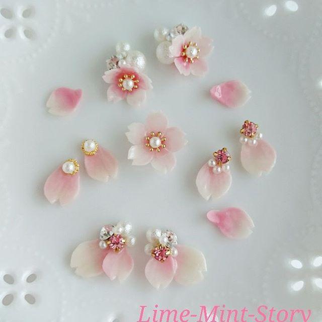 【lime_mint_story】さんのInstagramをピンしています。 《ほんのりピンクのグラデーションを目指して作りはじめた桜 なかなかキレイなグラデーションが出来ず四苦八苦 何度やっても、何回作っても思う桜の色にならず… 諦めては、また思い立って作る毎日… 1週間後、やっと思うグラデーションが出来るようになりました♥ 花びらピアス販売目指して制作中です⤴⤴ #クレイ#樹脂粘土#モデナ#春#桜#さくら#花びら#グラデーション#ピンク#アクセサリー#ピアス#イヤリング#入学式#minne #creema #岡山#japan》