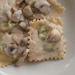 Opskrift på lækker ravioli med ricotta og spinat i en blød og fyldig champignon/flødesauce. Passer perfekt til en lækker forret eller måske en let frokost?