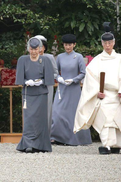 Ce dimanche, l'empereur Akihito, accompagné de l'impératrice Michiko, du prince Akishino et de la princesse Kiko, a rendu hommage au premier empereur...