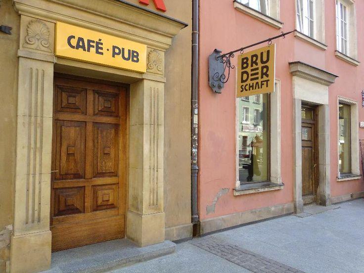 Cafe Pub Bruderschaft to miejsce, które z pewnością spodoba się wszystkim smakoszom piwa. W ofercie znajdują się wszakże rozmaite piwa regionalne. Kameralne i klimatyczne sale stwarzają idealne warunki do spotkań ze znajomymi.