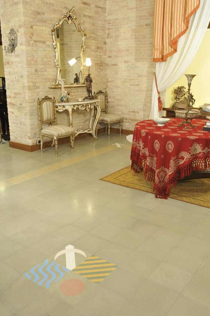 Salone, pavimentazione interna con mattonelle in pastina di cemento e decori geometrici #tiling #decori #geometrici #grey #yellow #pastina #cemento #concretefloor #cementine #decori #interiordesign #interiorstyling #interiordesign #hall