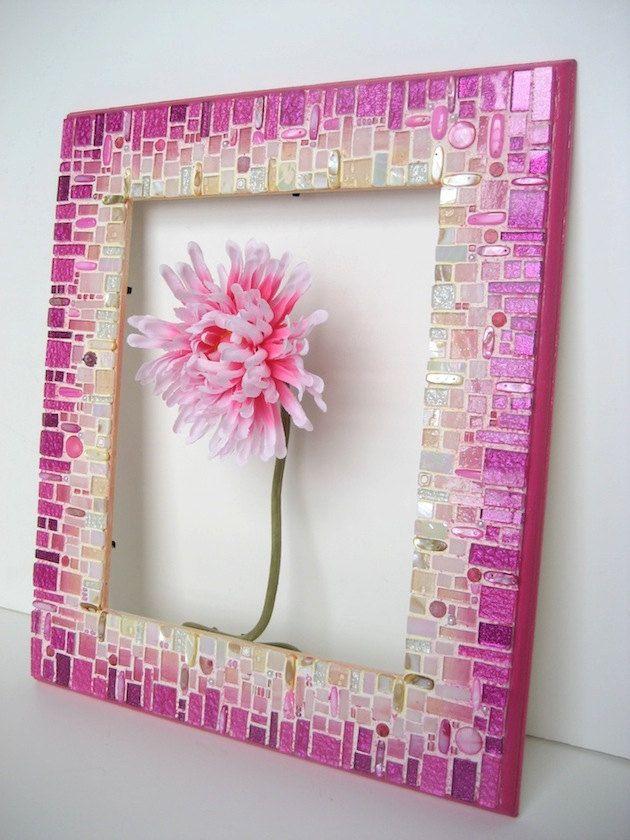 Hecho de vidrio, granos de cristal, perlas y jaspe por un lado pintan marco de madera. Viene con un pedazo de espejo. Listo para colgar.  Medidas: marco 12 x 14; espejo de 8 x 10.