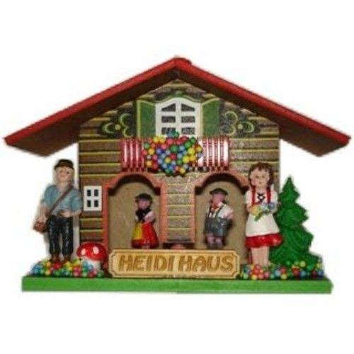 Dit traditionele weerhuisje komt uit het Zwarte Woud. Bij mooi weer, als de lucht droog is, komt Heidi buiten spelen. Als de lucht vochtig wordt blijft Heidi veilig binnen en verschijnt haar vriendje, dus dit betekent dat er regen aan zit te komen!