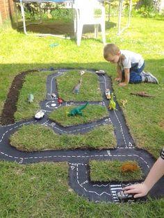 Ce papa a creusé une forme amusante dans le jardin! Ce qu'il en a fait? C'est…