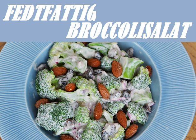 Fantastisk fedtfattig udgave af den klassiske broccolisalat. Her med en skøn dressing lavet på skyr og saltede mandler, som sørger for lidt lækkert knas.