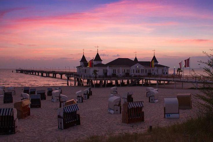 Ahlbeck auf Usedom Am Sandstrand von Usedom könnte man locker einen Marathon laufen, er erstreckt sich über 42 Kilometer von Peenemünde im Nordwesten bis nach Swinemünde im Osten und führt vorbei an Bansin, Heringsdorf und Ahlbeck. Ahlbeck besitzt die älteste Seebrücke Deutschlands.