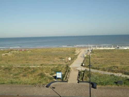 Apartment Beyaert Noordwijk aan Zee Situated in Noordwijk aan Zee, this apartment features free WiFi. Offering free private parking, the apartment is 400 metres from Lighthouse Noordwijk. The unit equipped with a kitchen with a dishwasher and oven.