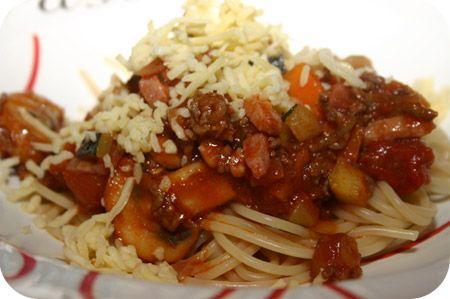Spaghetti met spekjes, gehakt, courgette, tomatenblokjes en kaas - Brutsellog