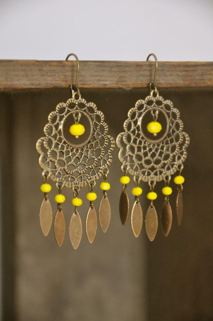 Boucles d'oreilles jaune Paname style hippie ressemble a des attrapes rêve .