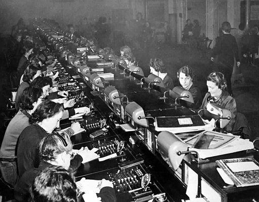 1946 wird das Wiener Fernamt von den Frauen wieder in Betrieb genommen. Viennese…