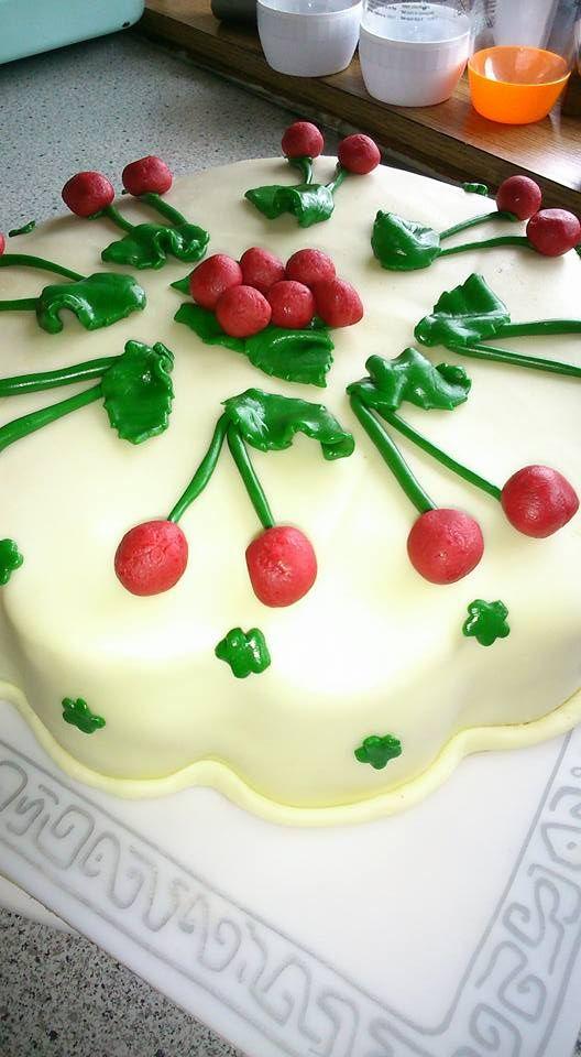 Wiener Mädel Torte mit Überzug aus Honigmodelierschoko