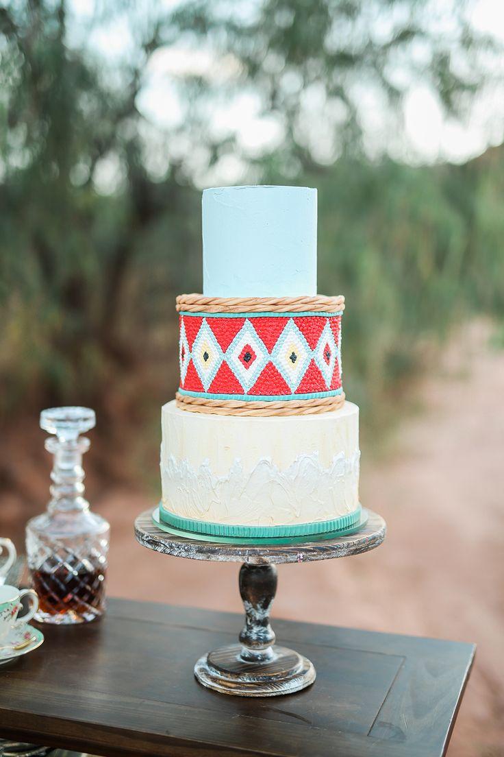 Bolo de casamento inspirado do sudoeste - foto por Gideon Photography http://ruffledblog.com/old-world-safari-wedding-inspiration